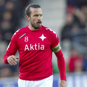 Jukka Halme med kaptensbindeln på armen.