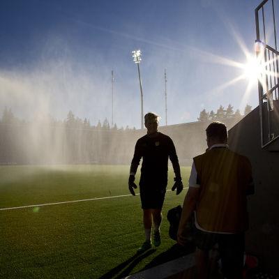 En målvakt går på SJK:s stadion.