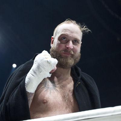 Robert Helenius jublar efter segern över Gonzalo Omar Basile i Helsingfors, 17.12.2017.