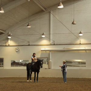 Kyra Kyrklund opastaa ratsastuksessa