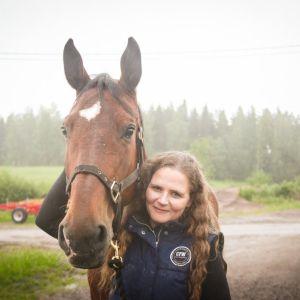 Nainen ja tumma hevonen