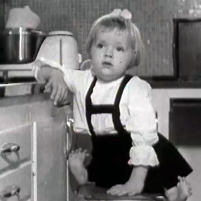 En ung flicka med missbildningar