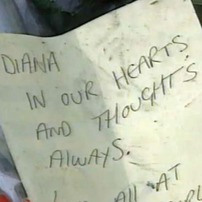 "En lapp var det står ""Diana in our hearts and thoughts always."""