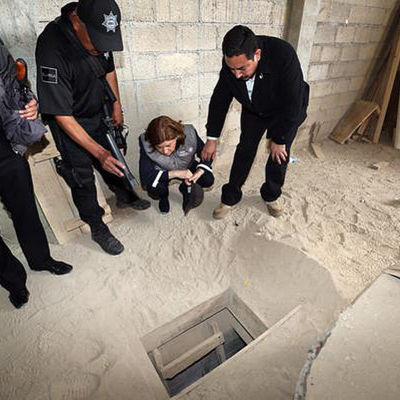 Riksåklagaren Areli Gomez Gonzalez (på huk) bekantar sig med Guzmans flykttunnel.