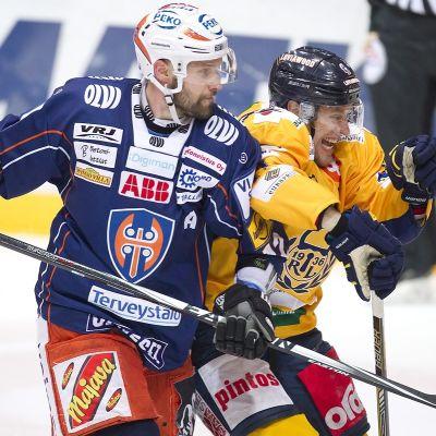 Markus Kankaanperä och Ville Nieminen i tuff duell.