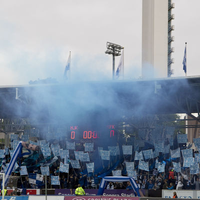 HJK-fans tänder bengaler.