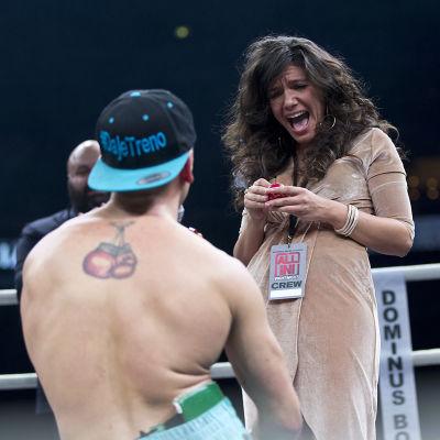 Manuel Lancia (boxare) friar till sin flickvän.