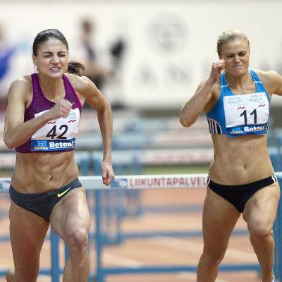 Nooralotta Neziri och Lotta Harala löpar 60 meter inomhus, Jyväskylä, februari 2015.