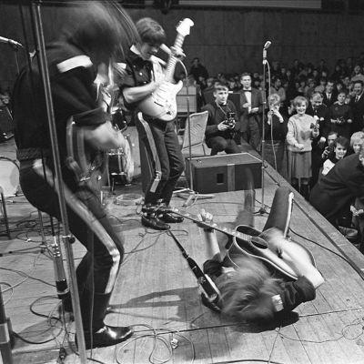 The Renegades soittaa, solisti Kim Brown makaa selällään lavalla.