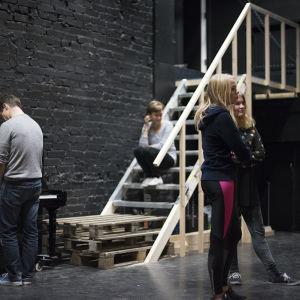 En trappa har byggts för komedin.