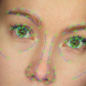 Psychomorph-ohjelmiston pisteitä naisen kasvoilla erikoislähi