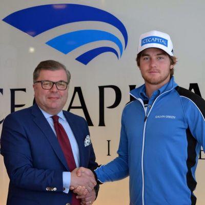 Liikemies Ari Lahti ja golfari Lauri Ruuska kättelevät