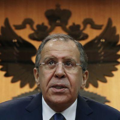 Hengettömiin silmälaseihin ja tummaan pukuun sonnustautunut Venäjän ulkoministeri Sergei Lavrov piti tiedotustilaisuutensakaksoikotkalla koristetun Venäjän vaakunan edessä.