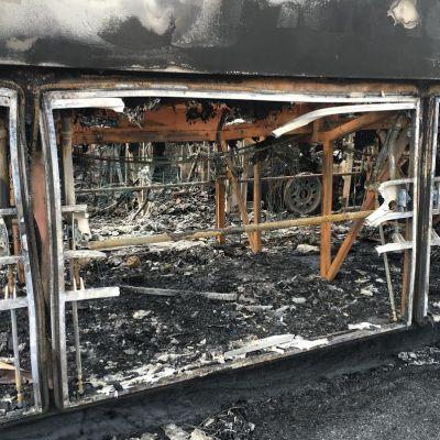 Tulipalon tuhoja Pohjolan Matkan bussivarikolla