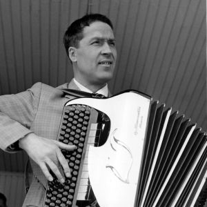 Kaksi kuvaa Lasse Pihlajamaasta soittamassa harmonikkaa. Toisessa kuvassa hattupäisenä koomikkona.