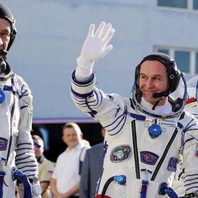 Sergei Ryazansky (käsi ylhäällä) on toinen avaruuskävelijöistä.
