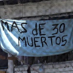 """""""Över 30 döda"""" står det på en banderoll utanför fängelset Modelo i Colombias huvudstad Bogota efter ett upplopp 22.3.2020"""