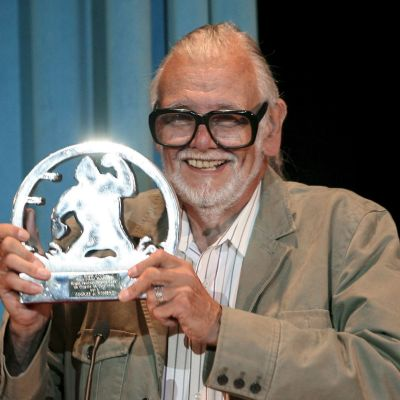 Leveästi hymyilevä Romero pitää kädessään hohtavaa palkintopystiä, johon on kuvattu King Kong.