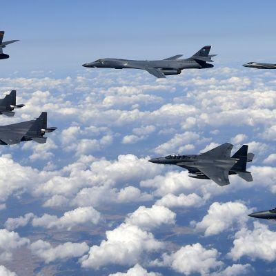 Etelä-Korean ilmavoimien F-15-hävittäjät (etualalla) ja Yhdysvaltain ilmavoimien F-35-hävittäjät (takana) suojaavat yhdysvaltalaisia B-1B-pommikoneita harjoituslennolla Etelä-Koreassa 18.8.2017