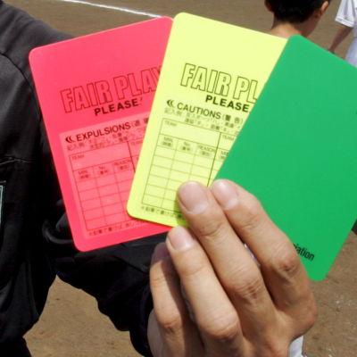 Domaren i Serie B är utrustad med tre kort, ett rött, ett gult och ett grönt.
