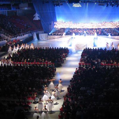 Valon Aika -konsertissa on satoja laulajia, soittajia ja tanssijoita.