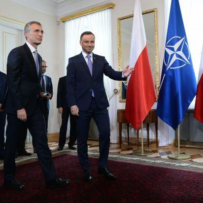 Kuvassa Naton pääsihteeri Jens Stoltenberg ja Puolan presidentti Andrzej Duda, jotka tapasivat ennen perjantaina alkavaa Naton huippukokousta.
