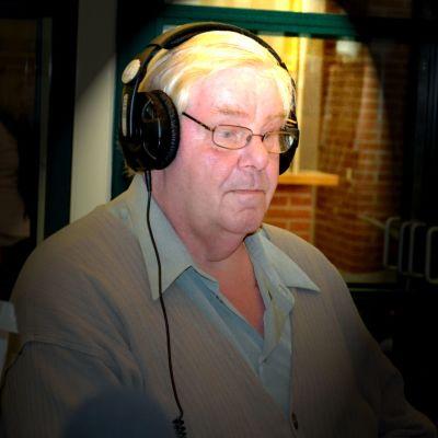Pentti Nyholm studiossa kuulokkeet korvilla.