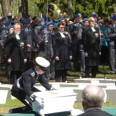 38 tunnistamattoman suomalaissotilaan jäänteet laskettiin yhteishautaan Lappeenrannassa.