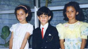 Soroush Mehrabkhani med sina systrar