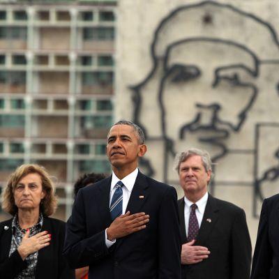 Barac Obama Revolution aukiolla Havannassa.