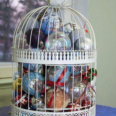 Joulupalloja koristehäkissä