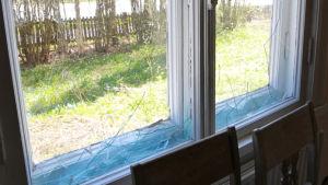 Sönderslagna fönsterrutor i Villa Soltuna i Nickby