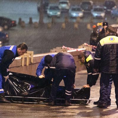 Den ryska polisen transporterar bort oppositionpolitikern Boris Nemtsovs kropp den 28 februari 2015.
