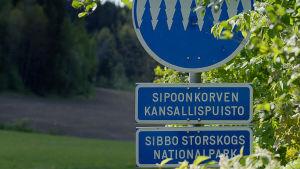 Vägskylt som markerar Sibbo storskogs nationalparksområde.