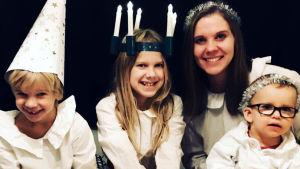 Amanda Audas-Kass tillsammans med sina barn Ingrid, Arvid och Hilde, julen 2018. Alla är klädda som Lucia, tärnor och stjärngossar.
