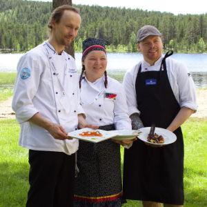 Nikula, Máret Rávdna Buljo ja Johan Lans kilpailivat ruoanlaitossa vuoden 2014 Sápmi Awardseissa. Nikulta tuli jaetulle toiselle sijalle. Lautasella on paikallisia makuja: suolattua Inarin taimenta, muikunmätiä ja väinönputkesta valmistettua öljyä.