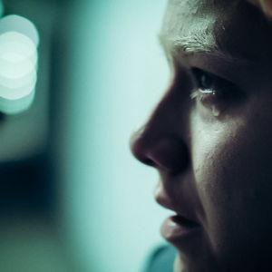 Huvudpersonen från serien Noia i profil. En tår rinner ner för kinden.