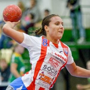 Nicolina Fredriksson skjuter ett hoppskott.