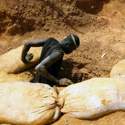 Suleiman Koundaba sukeltaa maan alle kaivamaan kultaa.