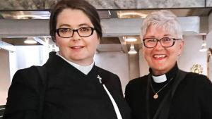 Katarina Gäddnäs poserar på sin prästvigning tillsammans med sjukhusprästen Maria Wirén.