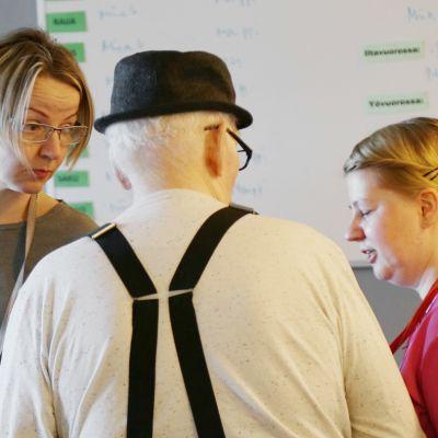 Lähihoitajat Merike Mandri ja Miia Gummerus kertovat muistisairaiden kanssa toimimisen olevan haasteellista. Välillä syntyy uhkaavia tilanteita.