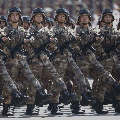 Kiinalaisjoukot paraatissa Pekingissä.