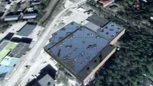 solpaneler på tak till industrifastighet.