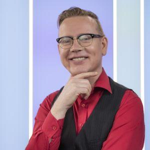Puoli seitsemän ohjelman toimittaja Marko Pulkkinen poseeraa ohjelman kulisseissa