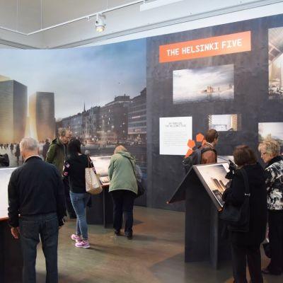 Besökare bekantar sig med Guggenheimfinalisterna.