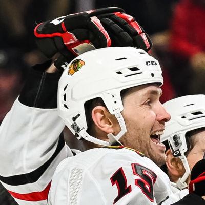 Chicago Blackhawks jublar efter mål mot Montreal.