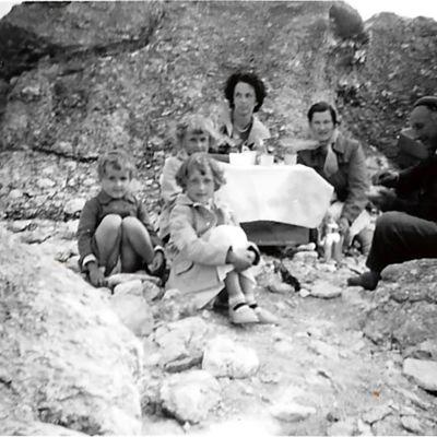 Selma ja Axel retkellä raukkien luona lastensa kanssa.