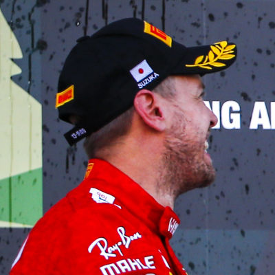 Sebastian Vettel och Lewis Hamilton har roligt på pallen.