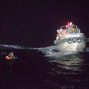 Japansk kustbevakning räddar besättningsmedlem ur havet.