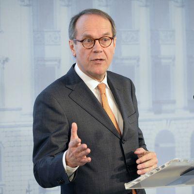 Liikennemaksuryhmän puheenjohtaja Jorma Ollilla puhuu ryhmän selvityksen luovutustilaisuudessa Helsingissä 16. joulukuuta 2013